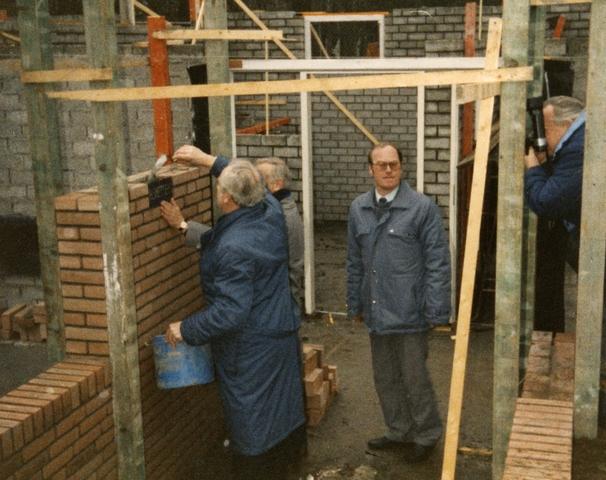 800074 - Voetbal. Bouw van de tribune van voetbalvereniging Taxandria in Oisterwijk. Toezicht door bestuurslid Peter van de Lisdonk.