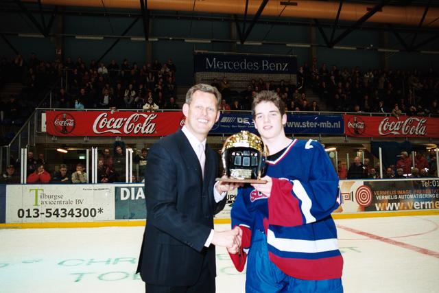 1237_010_770_021 - IJshal. Christ Verwijs toernooi ijshockey Prijsuitreiking.