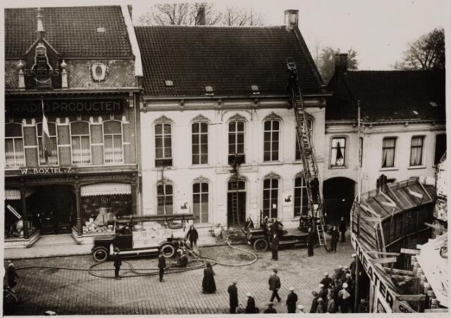 103686 - Brandweer. Brandweer oefening in een leegstaand pand in de Zomerstraat. links firma W. van Boxtel & zn. radioproducten.