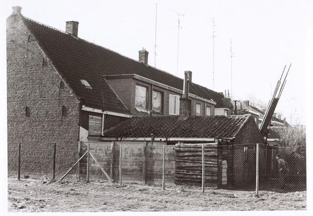 017097 - Zijgevel en plaats van het pand Capucijnenstraat 67 kort voor de sloop in 1976