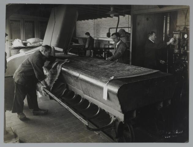071791 - Tapijten reinigen bij stoomververij en chemische wasserij de Regenboog.
