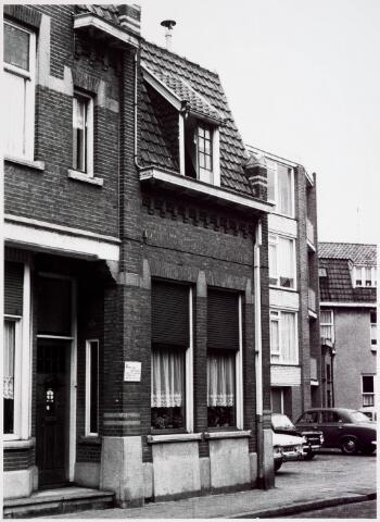 034107 - Voltstraat 15. In dit pand was gedurende lange tijd de praktijk gevestigd van de bekende verloskundige  mevrouw F. Willems - Giezenaar die op nr. 15 praktijk heeft uitgeoefend van 1940 tot 1967.