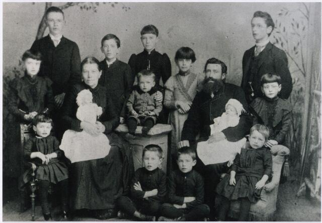 """011444 - Het gezin DONDERS-SMULDERS in 1891. Josephus Cornelis Hubertus Donders, geb. Tilburg 11-6-1845 aldaar ovl 18-12 1926, was fabrikant en koopman. Al in 1884 kon het ophouden met werken om te gaan rentenieren. Hij was in 1871 getrouwd met Theresia Elisabeth Smulders (geb. Tilburg 17-7-1848, aldaar ovl. 20-5-1911). Van de 14 kinderen op deze foto overleden er drie in december 1891: de baby-tweeling Julius en Cornelius en het vijfjarig dochtertje Elisabeth, vooraan links zittend.  De tweede zoon Bernard (1873-1936), die ongehuwd bleef, was in 1896 de oprichter van de woninginrichtingzaak """"Donders-Smulders"""", in 1945 herdoopt in """"Jos Donders & Zoon"""", en later in """"Donders Interieuradviseurs"""". In verband met de stadsreconstructie moest het bedrijf in 1965 verhuizen naar de nieuwbouw aan de Schouwburgring."""