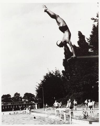 029988 - Duiker op de duikplank in het zwembad aan de Ringbaan-Oost.