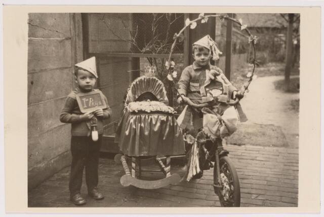 042702 - Met deze originele creatie wonnen deze kinderen de eerste prijs bij een kinderoptocht op 1 februari 1938, die was georganiseerd ter gelegenheid van de geboorte van prinses Beatrix