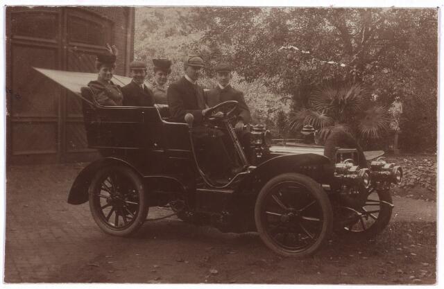 003747 - Een van de eerste autobezitters in Tilburg was wollenstoffenfabrikant W. Brands uit de Heuvelstraat. Deze foto, gedateerd oktober 1906, is gemaakt in de tuin van Brands, waar nu V & D staat. De toenmalige eigenaar van de fabriek was Bart Brands, gehuwd met Cornelia Jansen. De inzittenden van de auto zijn waarschijnlijk kinderen van het echtpaar Brands-Jansen. De eerste Nederlandse autobezitter was, voor zover nu bekend, de Tilburger Josephus Jacobus (Joseph) Bogaers (1869-1930), zoon van de textielfabrikant Vincent Bogaers.
