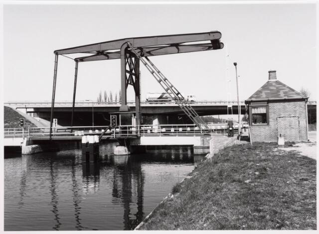 034849 - Draaibrug over het Wilhelminakanaal bij Koningshoeven. Op de achtergrond de vaste brug (Rijksweg 58). Rechts het wachthuisje van de brugwachter