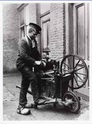 008534 - Scharensliep in een zijstraat van de Bisschop Zwijsenstraat, aan de achterkant van het huis van dr. Proot, hoekhuis griffier Sloet tot Everlo, gefotografeerd door Henri Berssenbrugge (1873-1959), begin 1900.