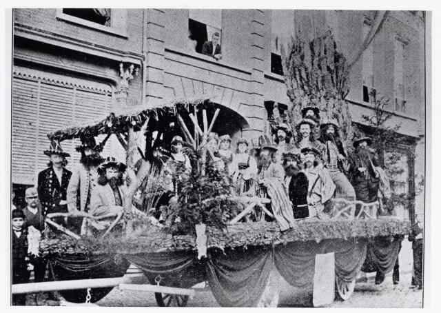 048866 - Bij gelegenheid van het 50-jarig bestaan in 1893 van de Nieuwe Koninklijke Harmonie werd een grote optocht door het centrum van Tilburg georganiseerd. Hier praalwagen 13 'De Companist Franz Liszt'  (Spoorlaan nabij Heuvel)