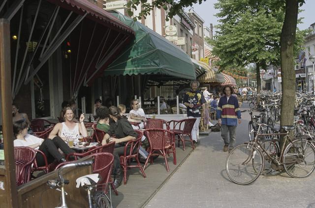 TLB023000852_002 - Terrassen van diverse café's op de Heuvel, waaronder Café Heuvel 15 en Café Tribunaal.
