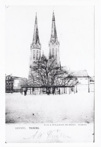 039998 - De Heuvel met op de voorgrond de Lindeboom. Op de achtergrond de Sint Josephkerk, beter bekend als de Heuvelse kerk. Rechts van de kerk is gedeeltelijk de pastorie zichtbaar.