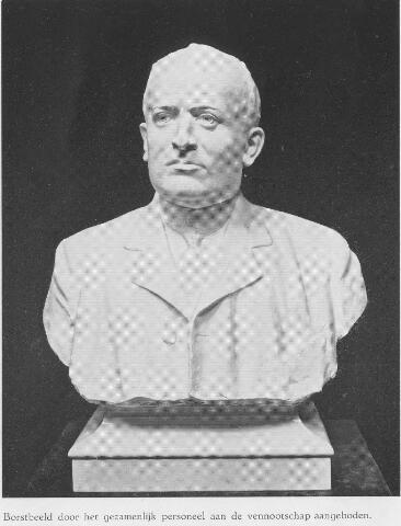 064357 - Borstbeeld van Johannes Antonius Ligtenberg, oprichter van N.V. Stoomschoenfabriek J.A. Ligtenberg, door het personeel aangeboden bij de viering van het 50-jarig bestaan.