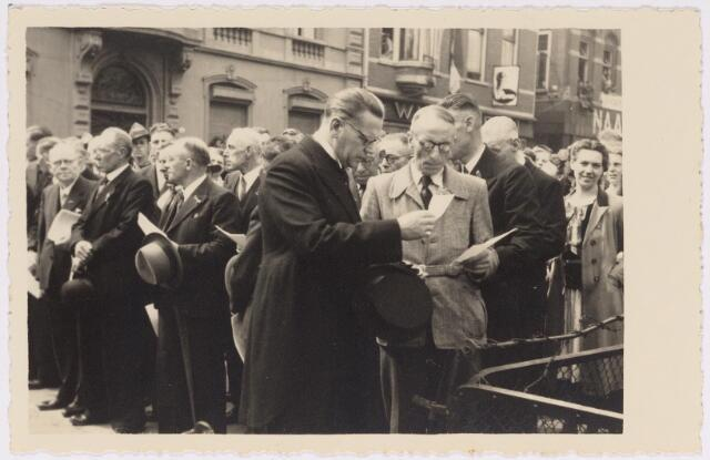 042731 - Nationale Feestdag na de bevrijding. Kranslegging  s middags om twaalf uur.