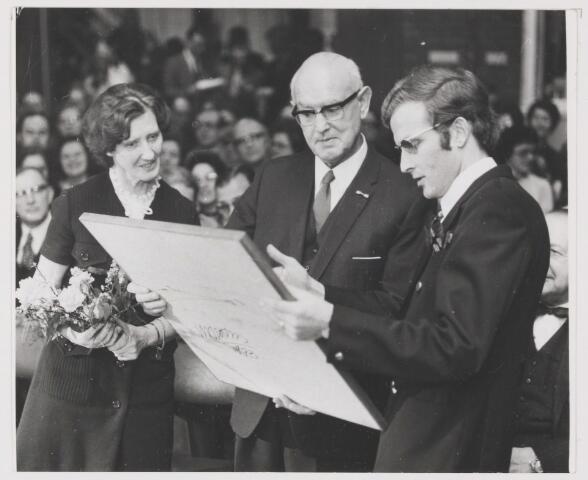 081790 - Opening S.K.W. gebouw de Boemerang in Rijen. Burgemeester Krol ontvangt een plastiek als afscheidscadeau