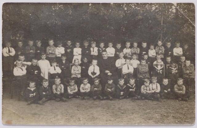 044362 - Onderwijs. Klassenfoto. Leerlingen van de r.k. lagere jongensschool van de parochie Hasselt.