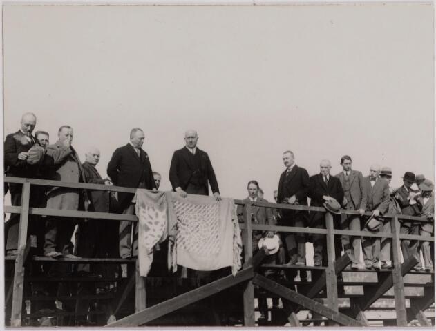 040700 - op 20 september 1928 werd de eerste Tilburgse bijenmarkt gehouden op het Sportpark, geopend door burgemeester mr.dr. F.L.G.Z.M. Vonk de Both.