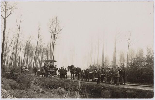 103671 - Brandweer. Gecombineerde oefening van de handbrandspuit van kring C. (Oerle) met een Delahaye autobrandspuit.