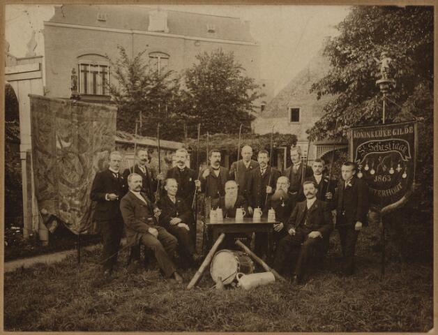 104642 - Gilden. Statiefoto van de leden van het koninklijke boogschuttersgilde St. Sebastiaan, opgericht in 1863.