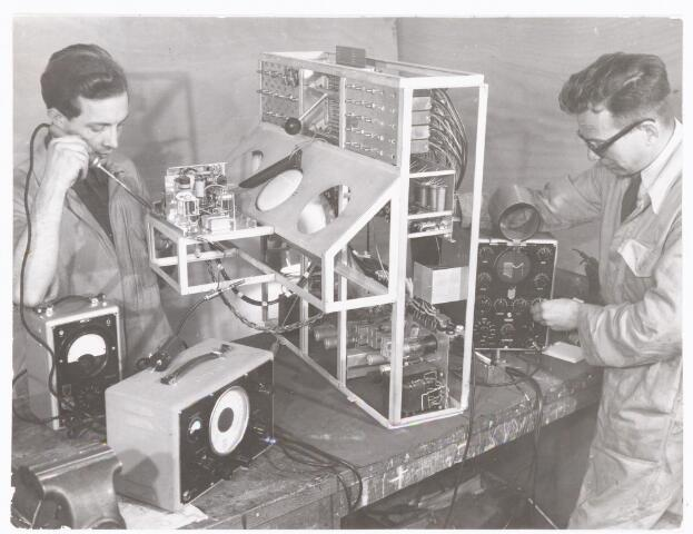 038898 - Volt. Zuid. Elektro Technisch Laboratorium, E.T.Lab. Het monteren en afregelen van een meetbureau waarschijnlijk rond 1965. Later ging deze afd.op in E.B.M. Elektrische Bedrijfsmechanisatie en nog later in  P.S.& A. (Productie Systemen en Automatisering).