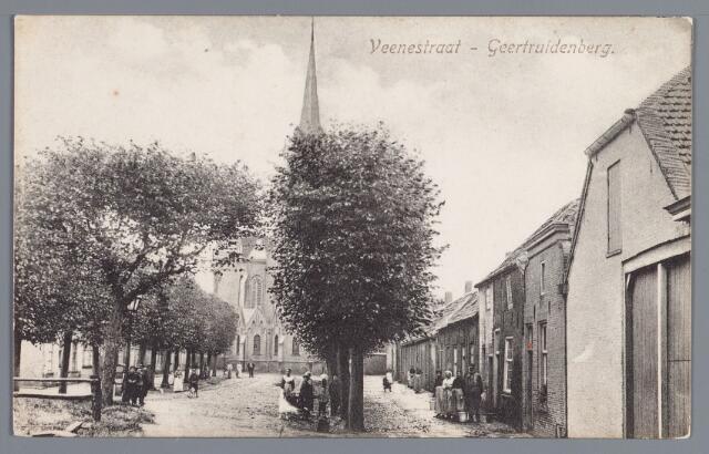 058436 - Veenestraat in Geertruidenberg. Achterkant R.K. kerk. Rechts De Mozemeyer voor zijn woning.