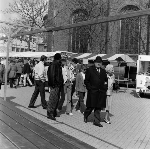 1237_010_745_004 - Rondje paasmarkt achter de Heikesekerk.