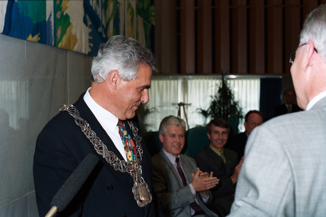 1237_010_763_017 - Installatie burgemeester Stekelenburg als burgemeester van Tilburg. Omhangen van de ambtsketen.