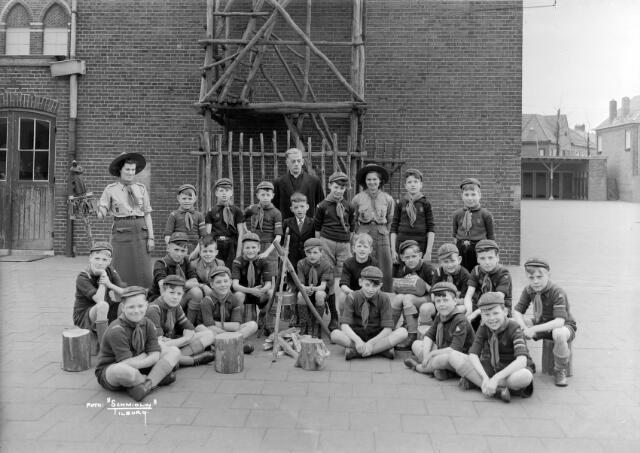650503 - Scouting. Een groep Welpen (de jongste verkenners) op de Besterd rond 1950. Links akela Nel Verbunt, geb. 1925. Midden achter kapelaan Wetzer. Foto is gemaakt óf op de speelplaats van de meisjesschol Sint Catharina, óf op de speelplaats van de Paulusschool aan het Molenbochtplein.