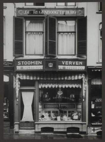 071890 - Een filiaal van stoomververij en chemische wasserij De Regenboog aan het Oudkerkhof 42 te Utrecht. De foto is afkomstig uit een album dat werd gemaakt en aangeboden naar aanleiding van het 40-jarig jubileum van textielfabriek De Regenboog van de firma Janssen en Bierens uit Tilburg op 2 december 1930.