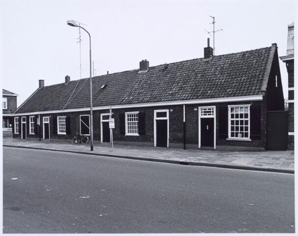 020448 - Wevershuisjes aan de Hasseltstraat, op de hoek met de Van Hogendorpstraat. De panden werden in 1986 gerestaureerd