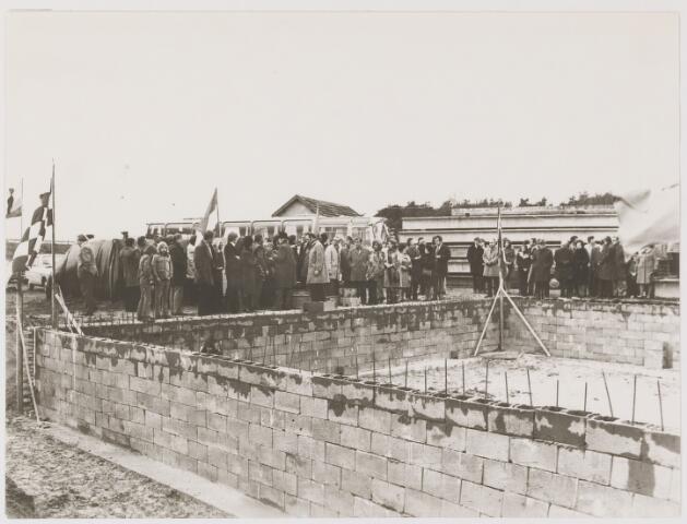 081586 - Eerste steenlegging van Motel Gilze-Rijen door burgemeester Krol.
