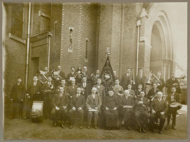 88902 - Fanfare Onze Vrije Uren voor St. Gummaruskerk b.g.v. haar 25-jarig bestaan.