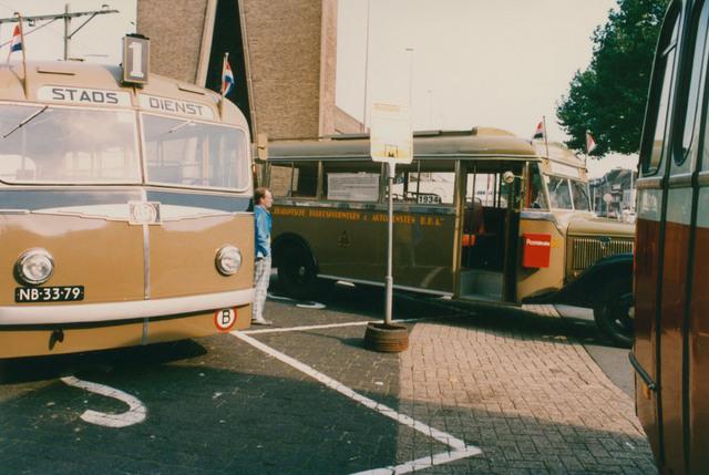 651332 - Tilburg, 125 jaar stad aan het spoor. Manifestatie. De oude bussen reden tijdens de Manifestatie niet leeg door de stad. Het publiek kon ook mee. De bussen vertrokken steeds vanaf het station Tilburg.