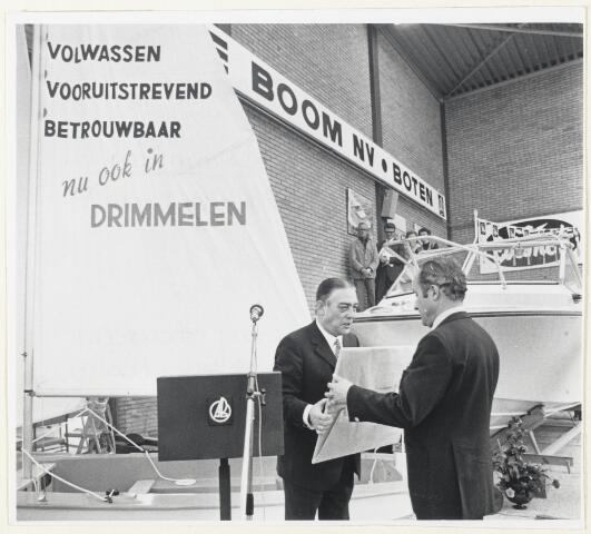 90636 - Made en Drimmelen. Bedrijfsopening van de showroom voor sportboten in het bedrijf van de voorzitter Arie de Boom, (op de rug gezien).