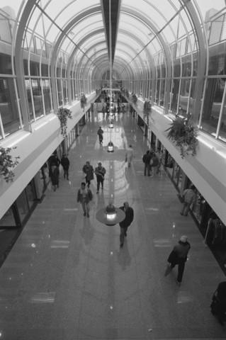 TLB023000469_001 - Doorkijk Emmapassage. Deze overdekte winkelgalerij, gedeeltelijk gelegen op het tracé van de vroegere Emmastraat, werd in het najaar van 1991 geopend. Door een misverstand werd de naam pas in 1995 officieel door B & W vastgesteld. Deze passage verbindt het Stadhuisplein met het Piusplein.