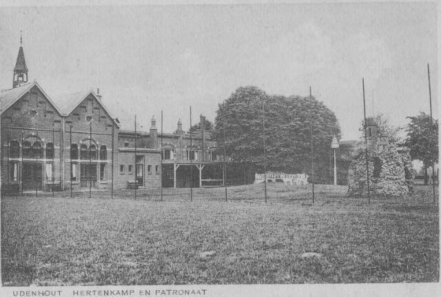 064197 - Hertenkamp en patronaat. Het patronaatsgebouw werd in september 1944 door de Duitse bezettingstroepen in brand gestoken. Na de oorlog volgde de herbouw. Deze bouw werd in 1969 geheel vernieuwd door de bouw van gemeenschapshuis en sportzaal De Schelf.