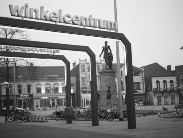 TLB023002734_001 - Stadsgezicht. Zicht op de Heuvel in centrum Tilburg met standbeeld van Koning Willem II, gezien vanaf Winkelcentrum De Heuvelpoort, hoek Heuvel/Heuvelring. Maart 1988