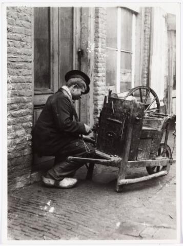008533 - Scharensliep in een zijstraat van de Bisschop Zwijsenstraat, aan de achterkant van het huis van dr. Proot, hoekhuis griffier Sloet tot Everlo, gefotografeerd door Henri Berssenbrugge (1873-1959), begin 1900.