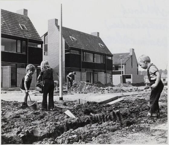 103503 - Nieuwbouw. Waterkerslaan. Spelende kinderen.