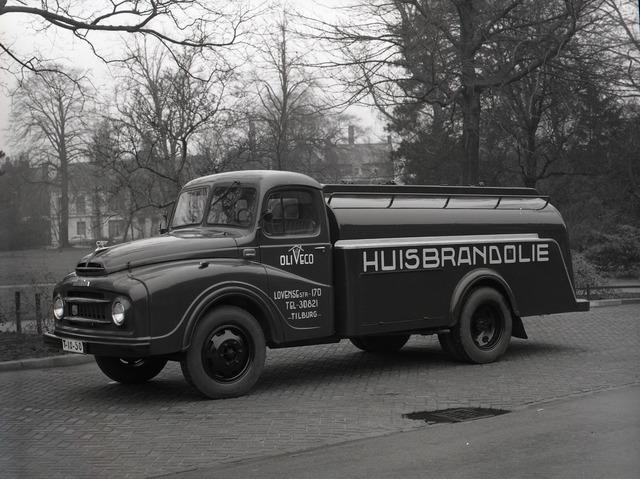 654851 - Austin Morris truck van de firma Oliveco. De foto is genomen aan het Wilhelminapark.