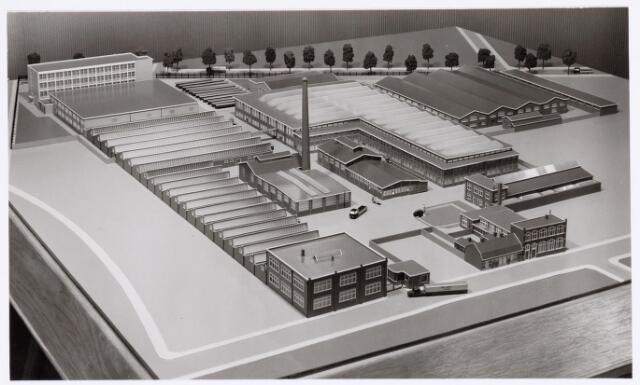 """039162 - Volt, Algemeen,Overzichtsfoto. Maquette van het Voltterrein te zuid, gemaakt in 1959 t.b.v. de tentoonstelling """"Hart van Brabant"""". Foto gezien vanuit hoek Broekhovenseweg / Voltstraat. Hal Z en hoofdkantoor AM zijn reeds in de maquette verwerkt, terwijl toen pas met die bouw een aanvang werd gemaakt."""