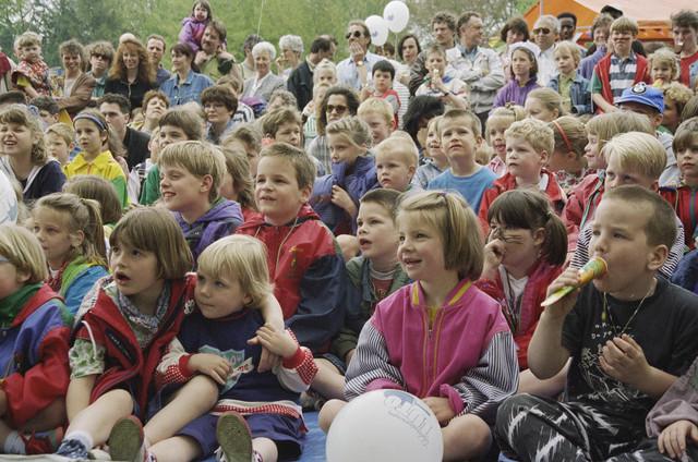 TLB023000559_001 - Kinderen in het Leijpark; viering Koninginnedag.