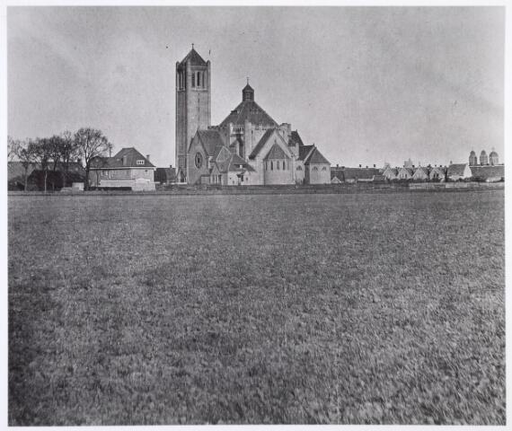 016515 - De kerk van Broekhoven I omstreeks 1918. Links van de kerk de Vlimmenhoefstraat.  Rechts op de achtergrond zijn nog de watertoren aan de Bredaseweg en de St.-Annakerk zichtbaar. Foto genomen ter hoogte van het huidige Stuyvesantplein