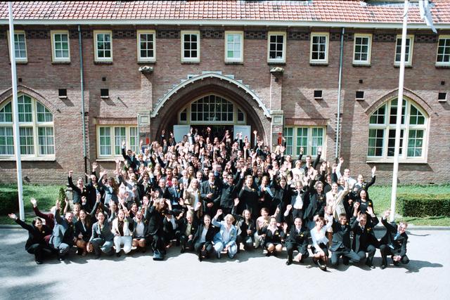 1237_003_295_002 - School. De Rooie Pannen. Groepsfoto diploma uitreiking afdeling horeca 2003