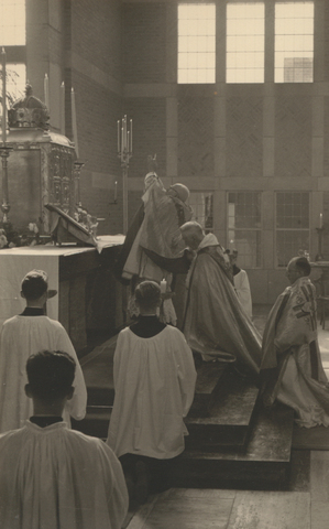 653313 - Parochie Gasthuisring; Pontificale Hoogmis door Mgr. W. Mutsaerts t.g.v. de inwijding van de O.L.Vrouw van Altijddurende Bijstand kerk