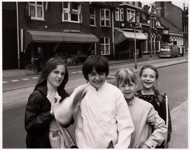 """033382 - Tilburgse meisjes in de buurt van """"hun"""" Andreasschool aan de Tivolistraat in 1981. Het toenmalige schoolgebouw bestaat niet meer. Op die plaats bevindt zich nu de """"Interpolistuin"""". V.l.n.r. rechts Jessica Spijkers, Gaby Hutten, Resi Smulders en Belinda Groenen."""