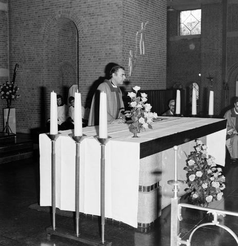 1237_006_246-1_002 - Kerk. Religie. Heilige mis.   De moderne wijding van Pater J. Wijnen door bisschop Bluyssen in juni 1973.