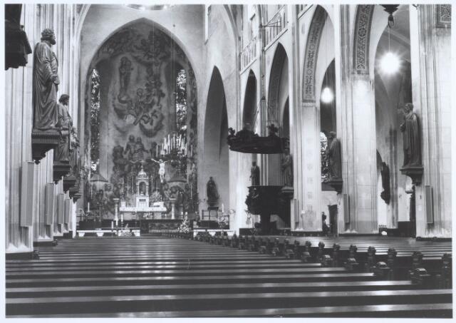 019656 - Interieur van de Goirkese kerk anno 1981. De muurschildering achter het hoofdaltaar is gemaakt door Jos ten Horn in 1938 en stelt de heilsgeschiedenis voor