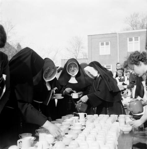 050497 - Het Wit-Gele Kruis, katholieke bond op het gebied van zieken- en gezondheidszorg. Provinciale Noord Brabantse Bond. Wijkverpleegstersdag 1954. Voorzitter: dr. C.J.M. Mol, mgr. prof. dr. F. Eeron, prof. dr. J. de Quaij en mgr. Hendriks.