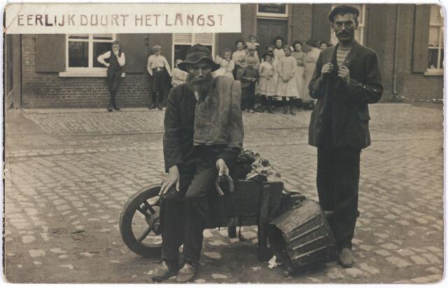 """005864 - Volksfiguren. Piet Stamps,  zijn 'geluk' laat hij uit zijn hoefijzer vallen. """"Eerlijk duurt het langst"""""""