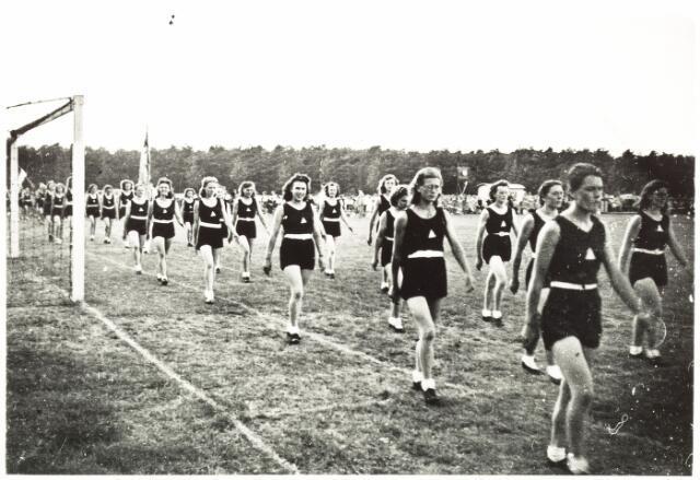 052863 - Sport. Gymnastiek & Atletiekvereniging Volt afd. dames ca. 1941. Locatie onbekend.